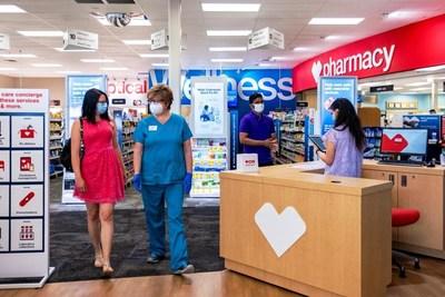 El equipo de CVS Pharmacy HealthHUB interactúa con un cliente